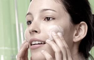 Aplique en la cara con un suave masaje el peeling de acné