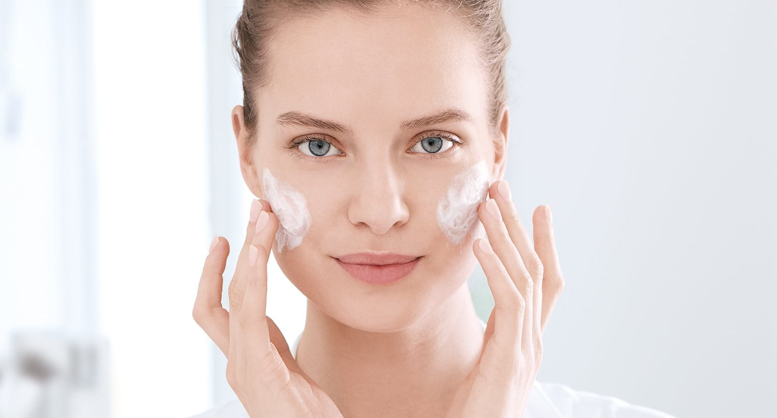 El cuidado rutinario de la piel propensa al acné y productos para el cuidado de la piel con tendencia acneica.