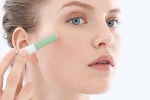 Un maquillaje adecuado puede cubrir las imperfecciones y facilitar su reducción a la vez.