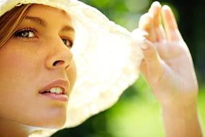 Pomáha slnečné žiarenie akné? Alebo jeho stav zhoršuje?