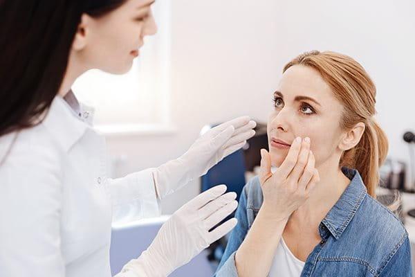 Akne: Wann zum Arzt?