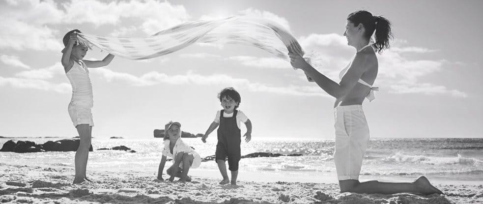 Otroci se igrajo na pesku.