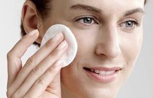 Una mujer limpia su cara