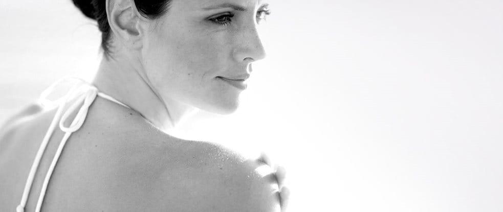 Mujer examinando su hombro