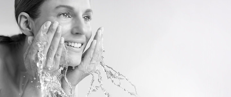Een vrouw wast haar gezicht