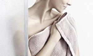 Į rankšluostį įsisupusi moteris.