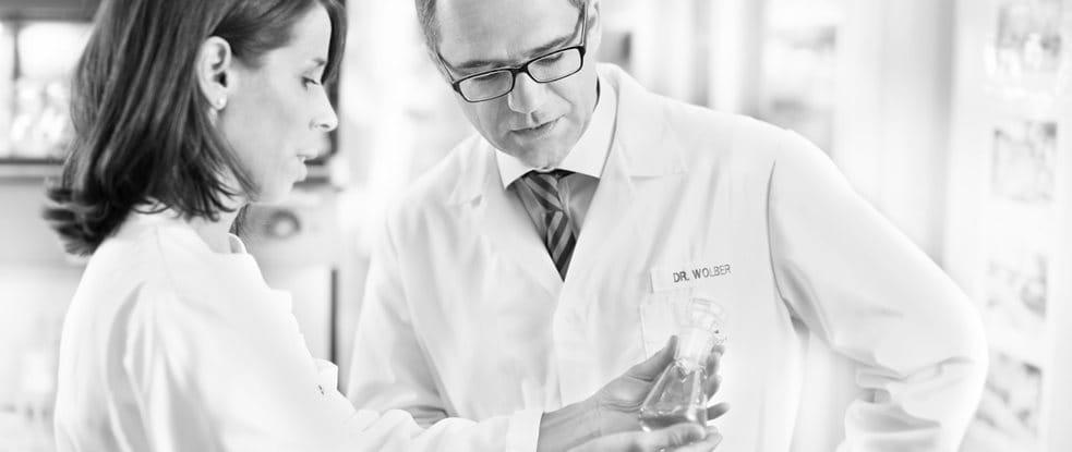 El Dr. Rainer Wolber, Director de Desarrollo de Productos, Dermocosméticos, habla con un científico de cuidado de la piel