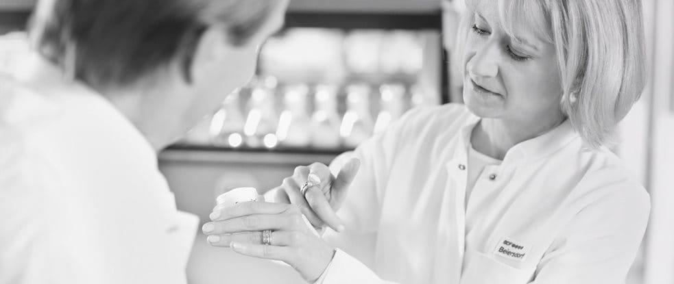 Deux scientifiques testant une crème