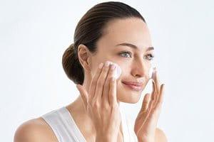 Die Haut vor dem Auftragen des Serums gegen Hyperpigmentierung reinigen