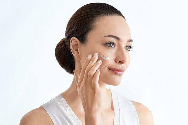 Seguire con il siero per la pelle dal colorito non uniforme con protezione solare