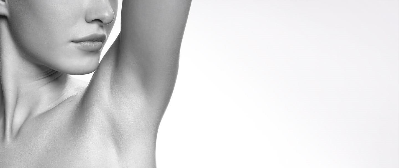 Modelo de Eucerin exponiendo la parte situada bajo el brazo
