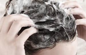 Femme ouvrant le soin traitant du cuir chevelu