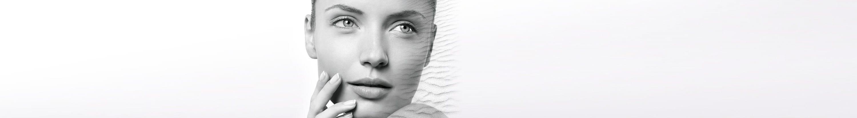 Sieviete ar sausu sejas ādu.