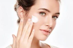 Koristite Eucerin mlijeko za čiščenje lica ili gel za čišćenje lica