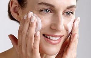Femme se lavant le visage