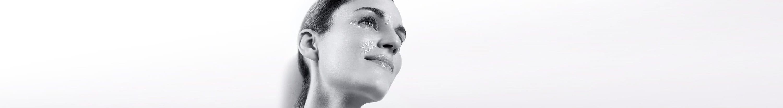 Hình ảnh cô gái sử dụng kem trị nếp nhăn