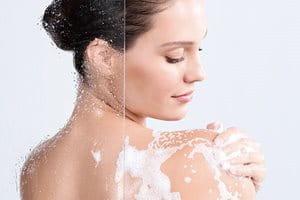 Reinigen Sie Gesicht und Körper sanft vor der Nutzung von After Sun.