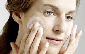 Una mujer limpiándose el rostro