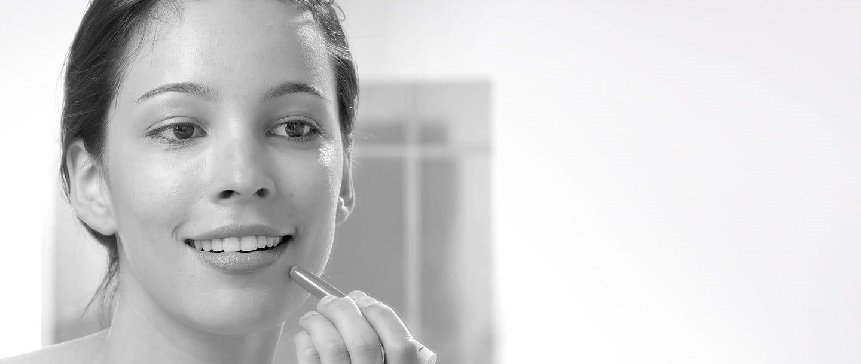 Giovane donna che usa Eucerin DermoPURIFYER Cover Stick