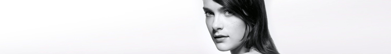 Menina com pele propensa à acne