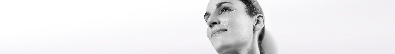 Een vrouw gebruikt crème en antirimpelcrème