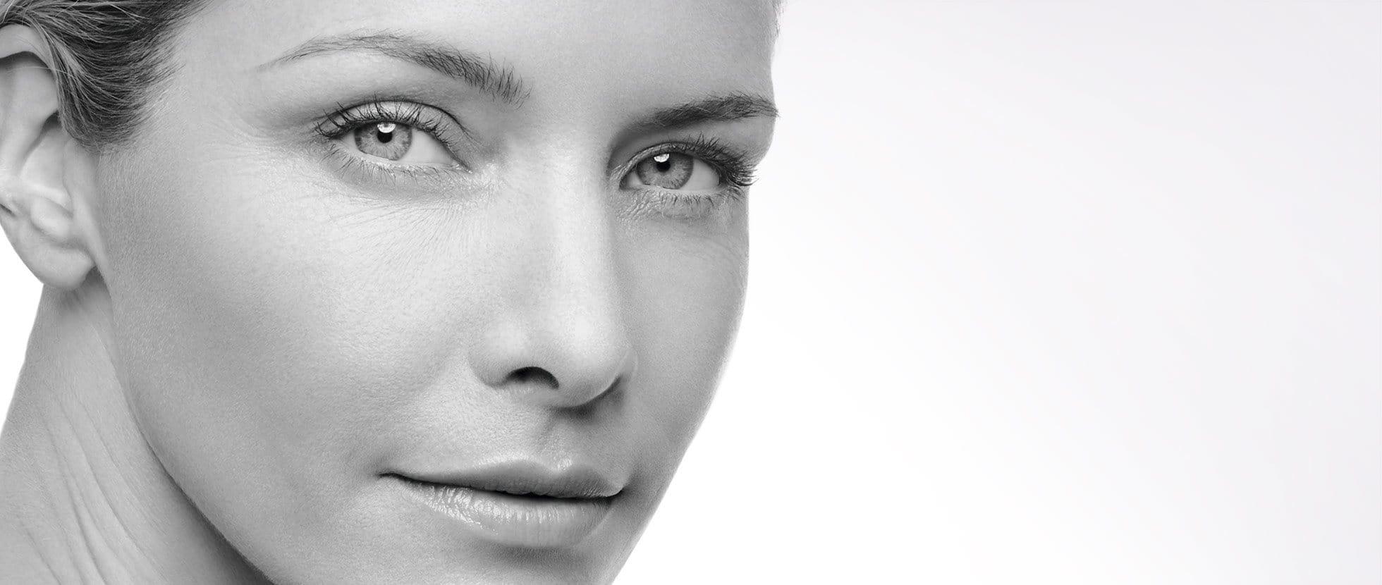 Une femme quiprévient le vieillissement prématuré de sa peau