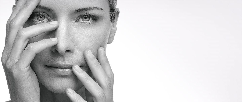 donna con pelle sensibile e matura