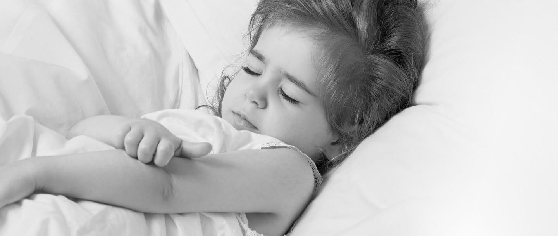 Petite fille grattant le creux de son bras.