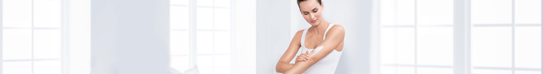 Moteris turinti atopinę odą