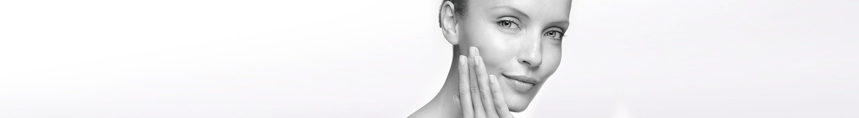 Femme à la peau mouillée se touchant le visage