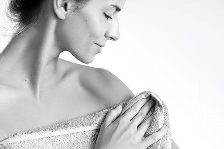Mujer secándose con una toalla