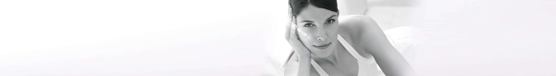 Жени със знака за слънчева защита на Eucerin на рамото