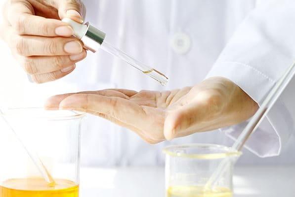 znanstvenik s laboratorijskom opremom