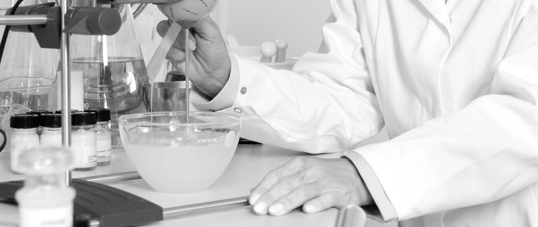 Жена учен в лаборатория