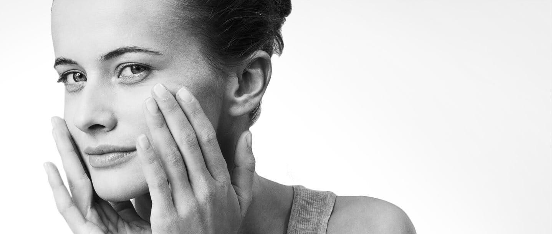 Primer plano de una mujer con la piel facial sensible