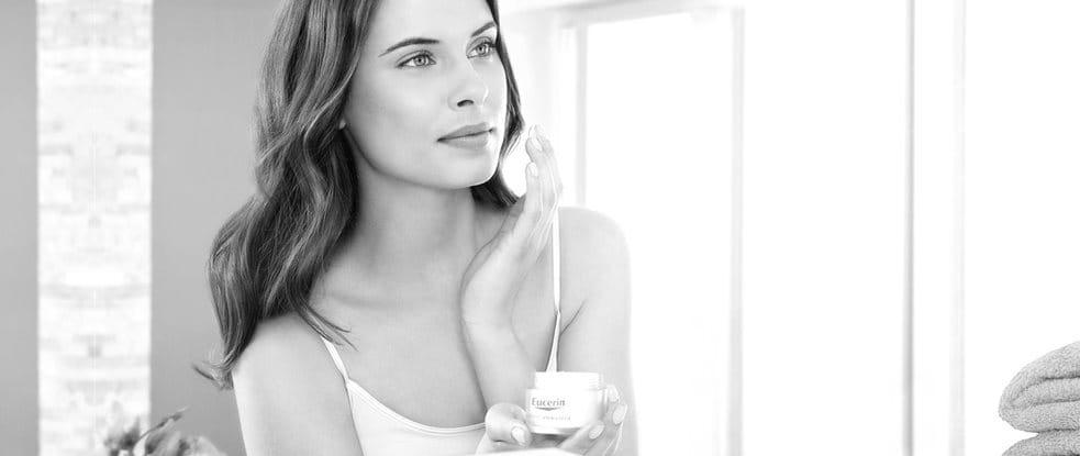 Mujer usando crema de día