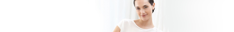 Жена използва крем против бръчки