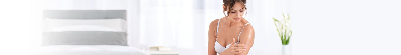 Une femme utilise une crème
