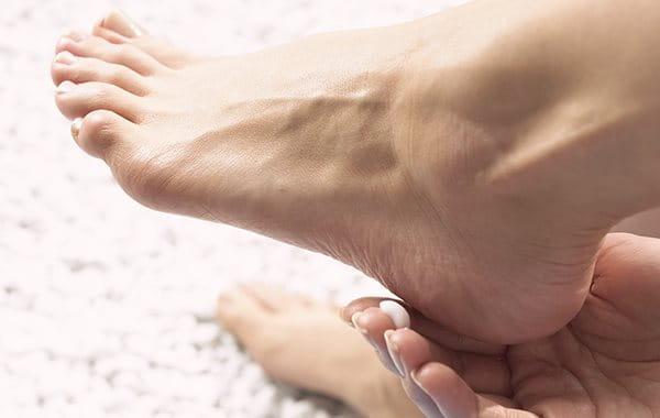 Bei Hornhaut an den Füßen hilft häufiges Eincremen
