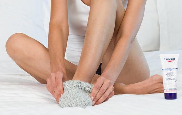 Bei Hornhaut an den Füßen mit Baumwollsocken ins Bett gehen