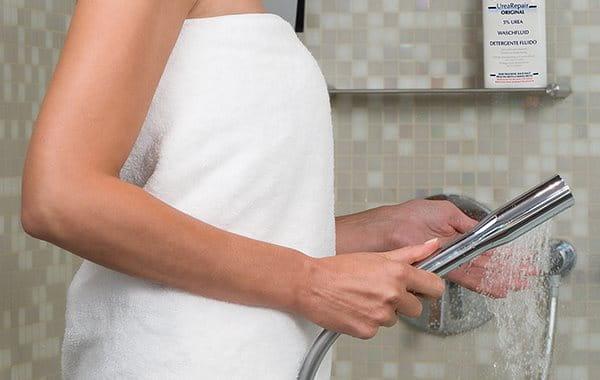 Waschen mit seifenfreier Waschlotion bei Reibeisenhaut