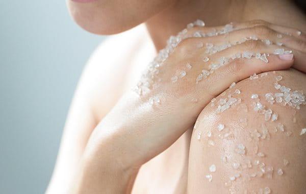 Sanftes Peeling hilft bei Keratosis pilaris