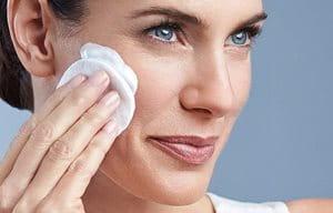 Eine Frau trägt die Eucerin DermatoCLEAN Sanfte Reinigungsmilch auf