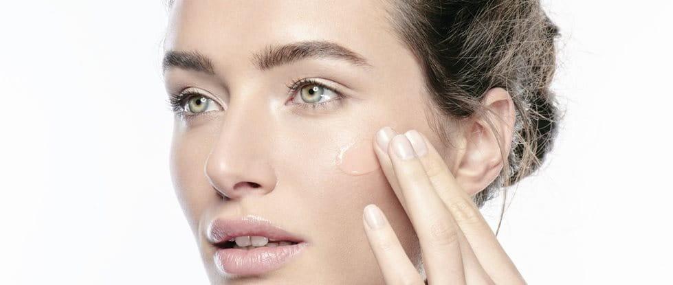 Frau nutzt Glycerin als Pflegewirkstoff gegen trockene Haut im Gesicht