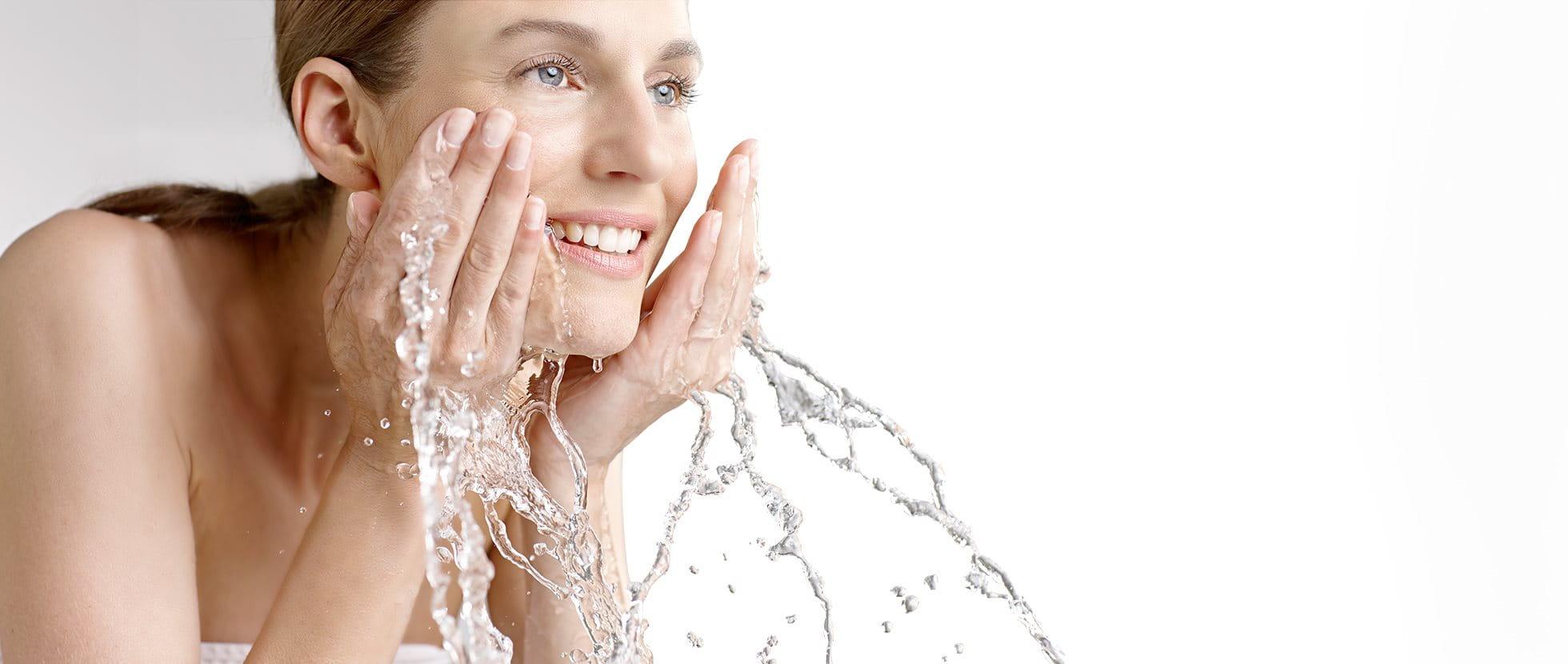 Frau wäscht ihr Gesicht
