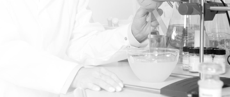 Científica trabajando en el laboratorio