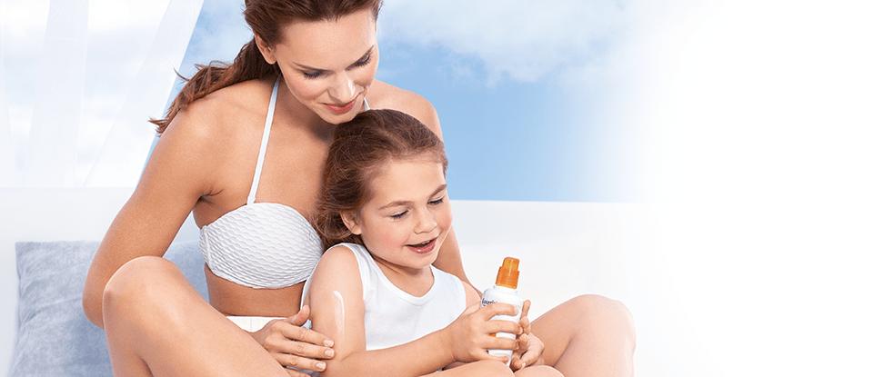 Žena nanosi proizvod za zaštitu od sunca na ruku