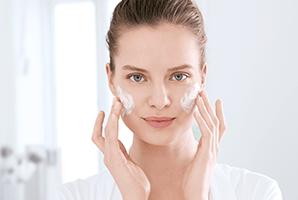 žena koristi Eucerin DermoPure proizvode na licu