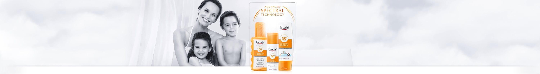 امراة مع رمز مجموعة Eucerin sun protection على كتفها