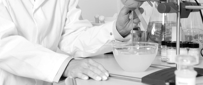 Vrouwelijke wetenschapper in laboratorium